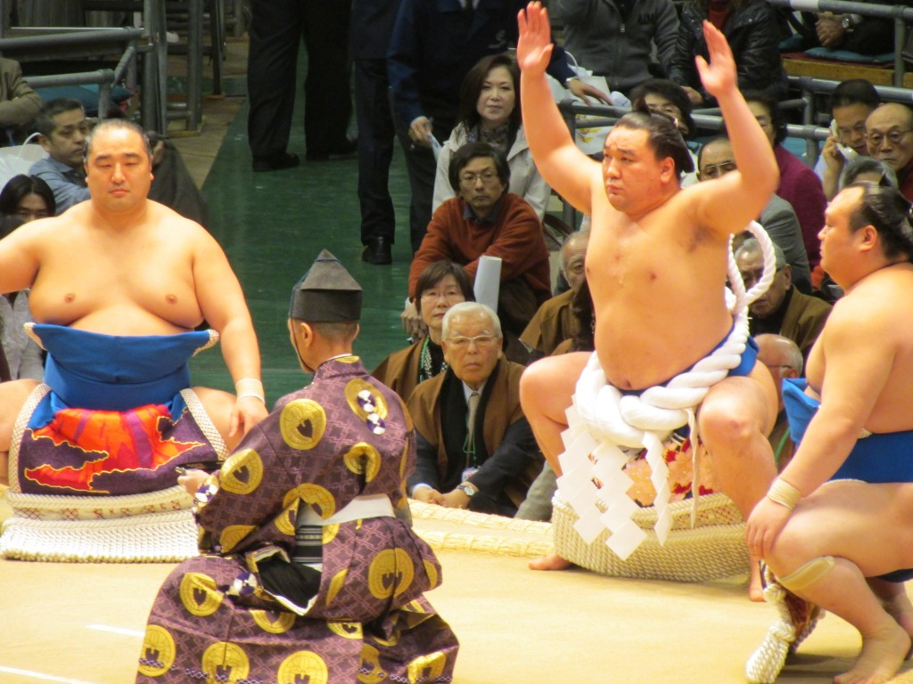 Ring entering ceremony with a yokozuna, wearing a sacred rope, in the middle.