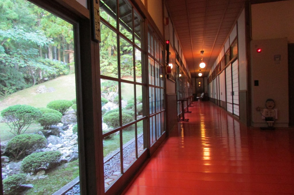 The garden and hallway outside the rooms at Muryokoin temple.
