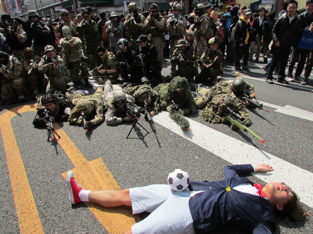 Detective Conan under attack by a group of soldiers.